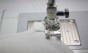 5. Лучше пришить застежку на швейной машинке, но можно и вручную